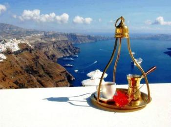 Греческий кофе на фоне морского греческого пейзажа