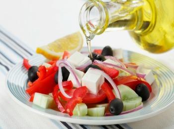 Оливковое масло - отличная заправка для салата