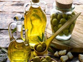 Оливковое масло и маслины в традиционных греческих кувшинах