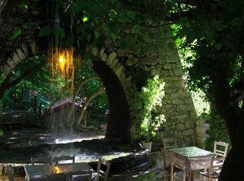 Древнеримский акведук с водопадами сказочной красоты