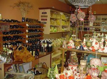 Широкий ассортимент товаров в магазине Treasure Island