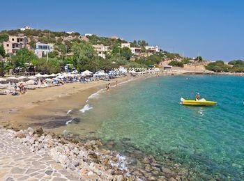 Пологий вход в море, чистый песок на пляжах Лассити