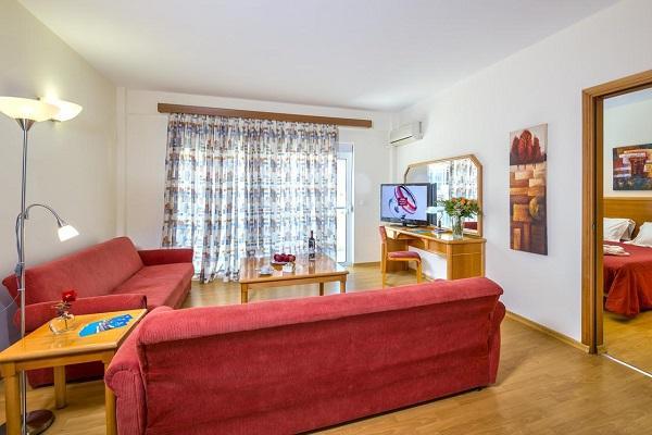 Двухкомнатный номер с несколькими большими диванами