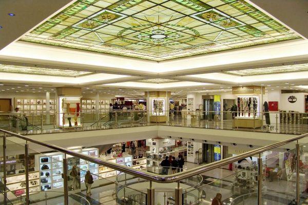 Hondos Center - торговый центр с большим количеством магазинов