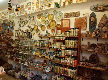 Город славится магазинами сувениров