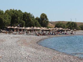 На востоке острова мелкогалечный пляж Агиос Фокас
