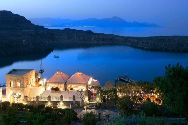 На склоне горы расположен отель Melenos Lindos 5