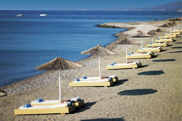 Мелкогалечный и чистый пляж Линдиан