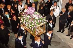 Украшенная цветами Эпитафия на улицах Греции