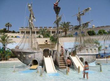 Пиратский корабль с фонтанами