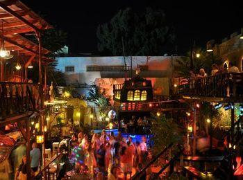 В самом центре города расположен Blue Lagoon Club