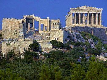 Полуразрушенный древний Акрополь