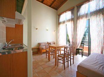 В 9 км от города находится Epimenidis Hotel 1
