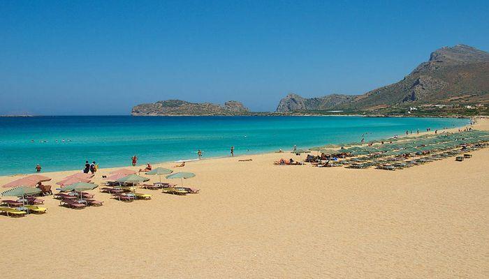 Чистый песок, спокойное море на пляже Фаласарна