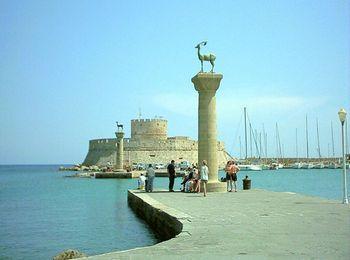 Севернее Старого города - порт Мандраки