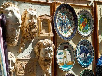 Сувенирные лавочки среди улиц города