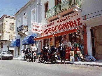 Супермаркеты и магазины в городке