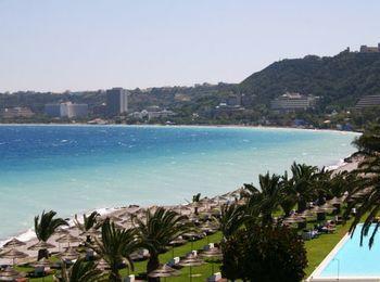 Множество отелей вдоль побережья