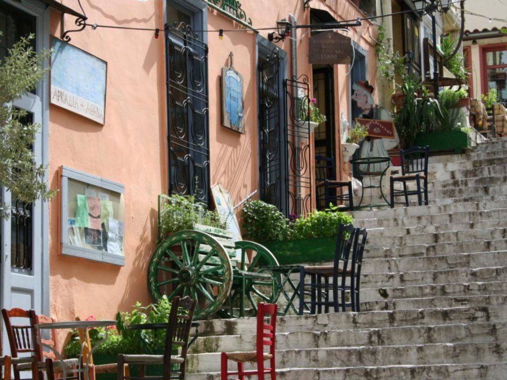 Уютная греческая уличка,  полная таверн