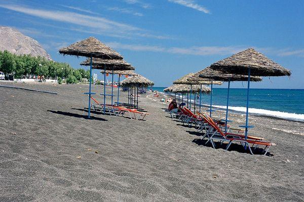 Чистый оборудованный пляж