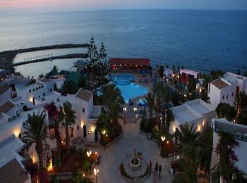 Один из многочисленных отелей города-курорта Херсониссос