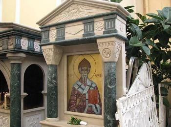 Икона Святого Спиридона Тримифунтского у входа в храм