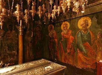 Часть стенной росписи и рака с мощами святого Спиридона Тримифунтского в храме Керкера на Корфу