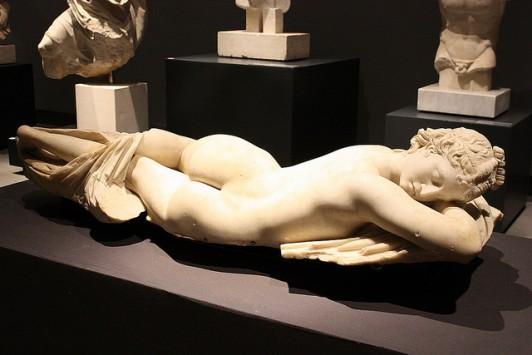 Скульптура лежащей обнаженной Афродиты