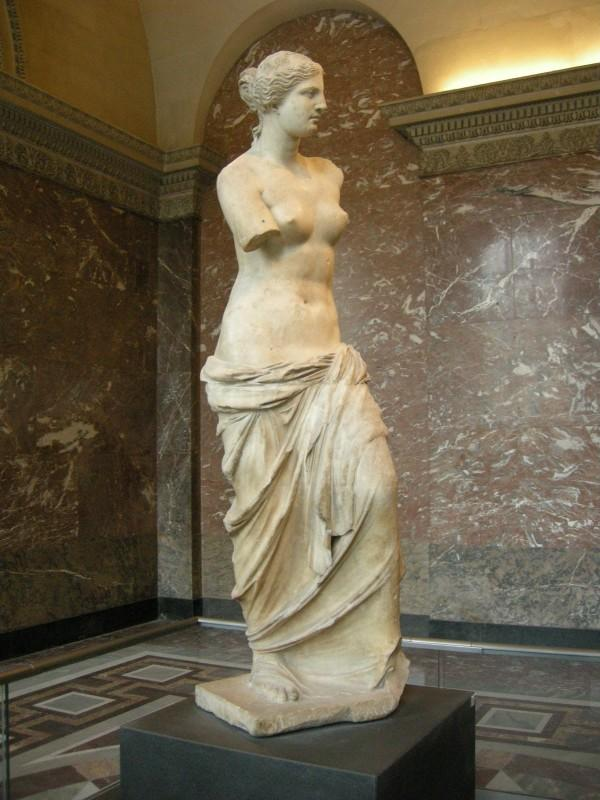 Скульптура полуобнаженной Афродиты в национальном музее Греции