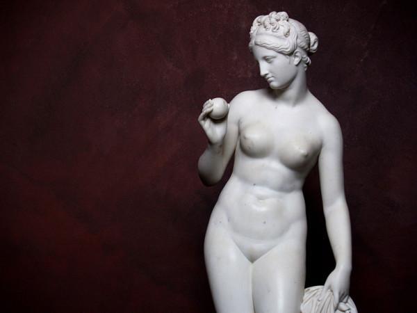 Скульптура Афродита с яблоком