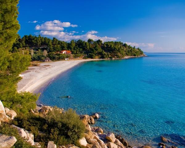 Изумительно гладкое побережье моря в районе полуострова Халкидики