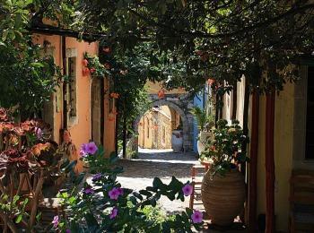 Цветущие улочки майского Крита