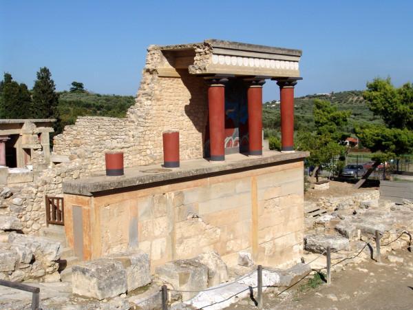 Три сохранившиеся колонны на террасе дворца