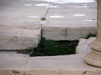 След от удара молнии Зевса на горе Акрополь, Афины, Греция