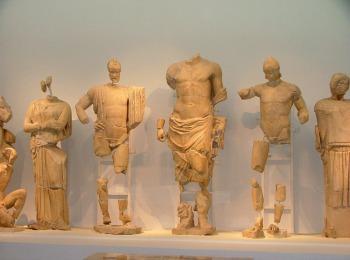 Музей Олимпии, сохранившиеся скульптуры из храма Зевса Олимпийского
