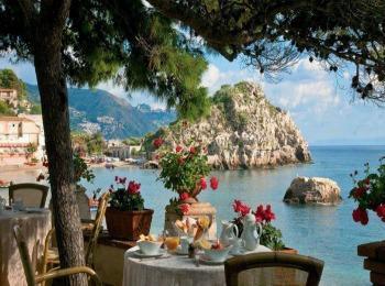 Греция, вид на залив с террасы кафе, осень