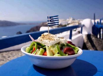 Тарелка со знаменитым греческим салатом