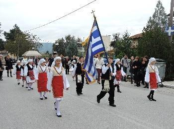 Дети в греческих национальных костюмах на празднике Охи, Греция
