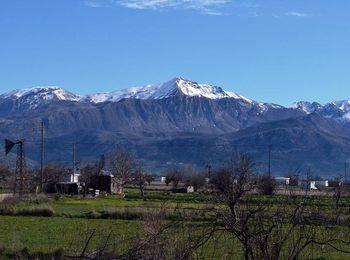 Горные вершины в снегу, а на равнине зелёная трава  (Лассити, Крит)