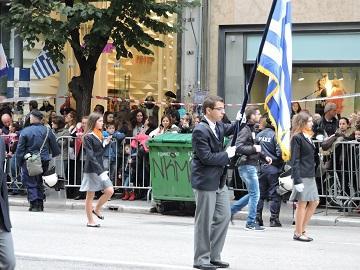 Знаменосцы одной из школ Салоник, парад 28-го октября, Греция