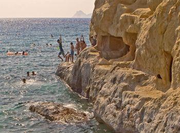 Впечатляющие пещеры в скалах