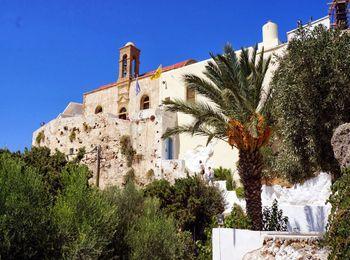Монастырь 17 века, построенный на высокой белой скале