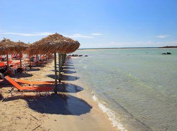 Удобный вход в море, 2 лежака и зонтик - 10 евро