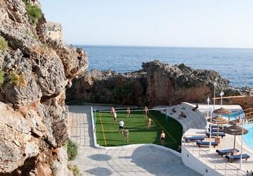 Бассейн и теннисный корт на берегу моря