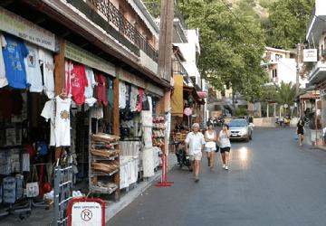 Многочисленные сувенирные лавки в деревне Спили
