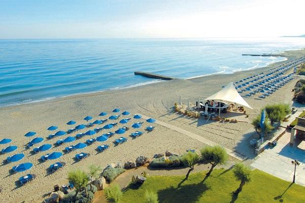 Оборудованный пляж с зонтиками и лежаками