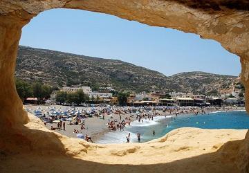 Вид на пляж из пещеры Маталы
