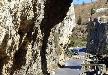 На машине через ущелье Котсифу