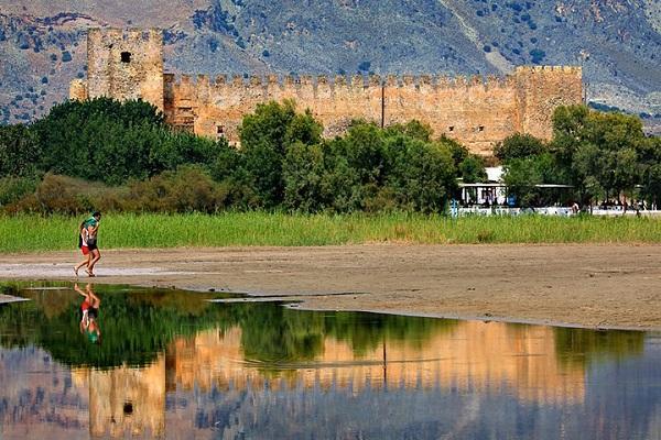 Крепость Франгокастелло отражается в море