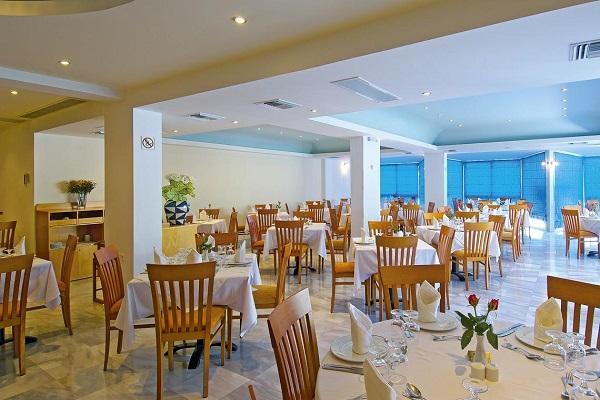 Шведский стол в ресторане отеля